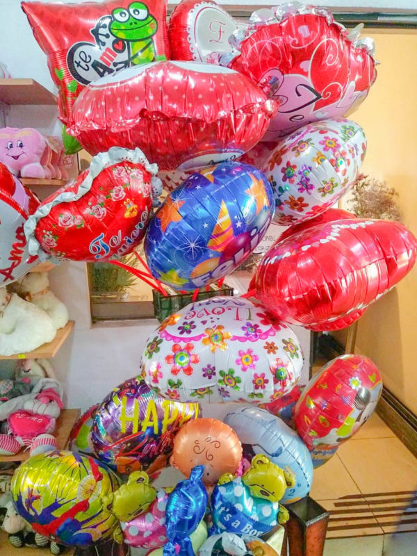 Globos, peluches y chocolates